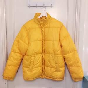 Gul puffer jacket från Weekday. Finns lite mindre fläckar, kan skicka blodet 🥰 Annars superfin jacka! Kan mötas i Stockholm eller Skickas mot att köparen betalar frakt. Betalning via swish. ☺️