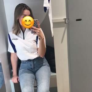 Vit adidas t-shirt med blått på armarna, använd ca 2 gånger så i nästintill oanvänt skick, storlek 38