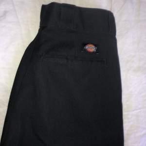 Säljer ett par svarta Dickies byxor i bra skick. Storlek 31/32⭐️ Frakt tillkommer.