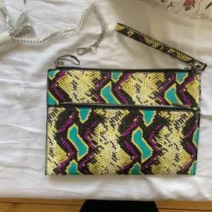 Skitsnygg väska/clutch från zara i ormskinn och regnbågsmönster. Helt oanvänd därför ligger kedjan i plast. Den går att sätta på och ta av, alltså göra till clutch eller väska. Perfekt till bal och student💌
