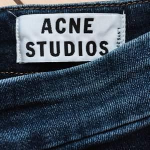 Acne studios jeans, strechigt tjockt jeanstyg m hög midja. Snygg dragkedja bak, perfekta att ha med kort top eller instoppat. Måttligt använda.