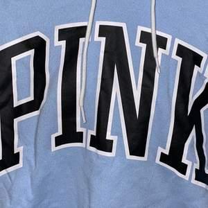 säljer denna hoodie från pink då den inte används längre. Är väl använd därav priset. Den är lite kortare i modellen! Priset kan diskuteras vid snabb affär💙 frakt ingår ej💙