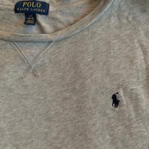 !KÖPVILKOR I MIN BIO!  Lägger ut igen pga osäriös köpare. Super fin ralph lauren tröja som inte kommer till användning. 🤍 BUDA I KOMMENTARERNA 🤍