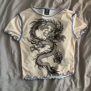En ljus mesh tröja med snyggt drak tryck från Urban Outfitters! Den är aldrig använd och i perfekt skick. Jag säljer då den inte kommer till användning. ‼️ Köparen står för frakt ‼️