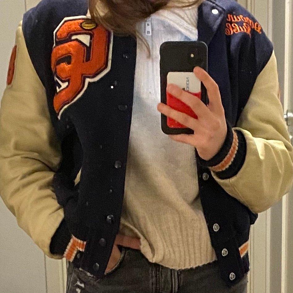Intressekoll på min versity jacket.                                    Marin blå baseballjacka med inslag av orangea detaljer. Normal passform på mig som vanligtvis är M. Köpt här på plick för omkring 2000kr. ✌🏻. Jackor.
