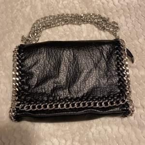 Säljer min Tiamo väska i svart. Tror den inte säljs nå mer. Jättefint skick inga anmärkningar, använd fåtal gånger. 200kr + 63kr frakt eller hämtas i sandviken.