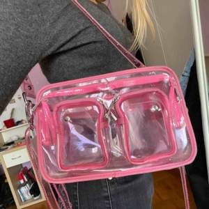 Säljer min mycket sparsamt använda NuNoo väska. Ljusrosa och genomskinlig. Livar upp vilken outfit som helst!! Kan mötas i Stockholm eller fraktas. Buda