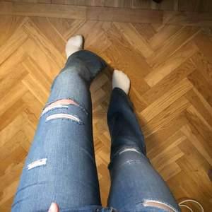 Ett par bootcut jeans med hål i, stl 38 men passar mig som vanligtvis har 36💕