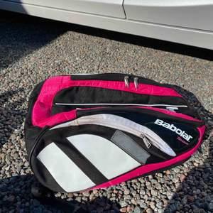 Säljer en tennis väska i nyskick