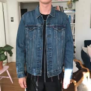 Knappt använd Levis jeansjacka i snygg modell! Köparen betalar frakten på ca 80kr