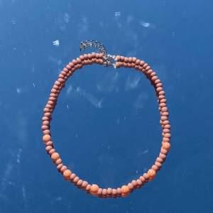 Säljer jätte fina handgjorda halsband!💓🥰 Passar PERFEKT till sommaren!🥰 Spänne finns där bak! ⚡️💞 Ett halsband kostar 69kr!🥰 Frakt 11kr💘