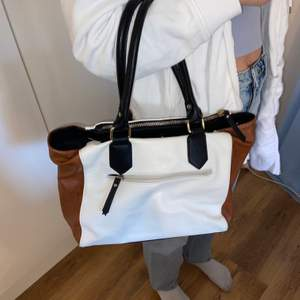 Väska från Åhléns, köpt för 500kr, nästan oanvänd och jag hittar ingen användning för den. Frakt inräknat i priset