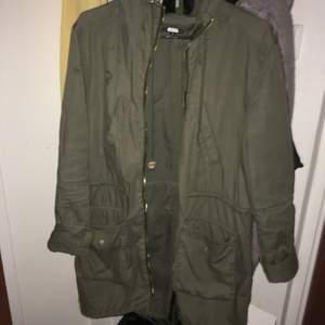 Grön jacka utan dragkedja men funkar annars utmärk .svartskin jacka har haft men knappt andvänt den .