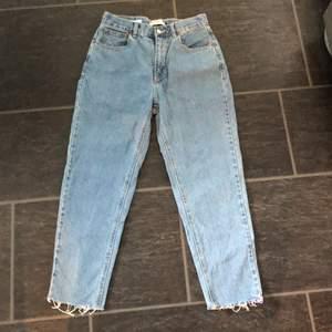 Jeansen kommer ifrån Pull & bear och är i strl 38. Jeansen säljs pga lite stora. Köptes december 2019. Slitningar längst ner av byxan.