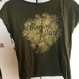 En t-Shirt med glitter som jag aldrig använt. Köpt i Polen.