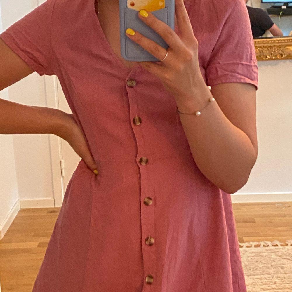 Gammalrosa klänning med knappar från vero Moda i stl. Xs. Frakt tillkommer. Klänningar.