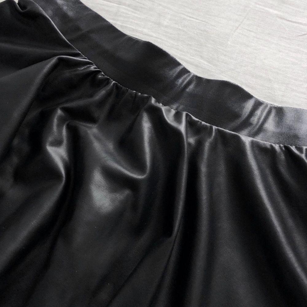 En supersnygg svart kjol i blankt tunt material från Bershka. Storlek XS. Inkl frakt.. Kjolar.