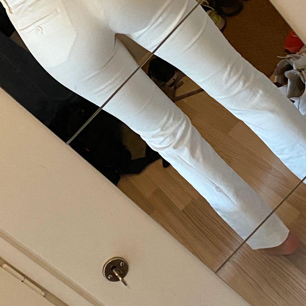 Filippa K, snygga vita byxor. Tighta i storlek Small. Lagom i längden. Passar till det mesta. . Jeans & Byxor.