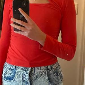 snygg och sexig tröja som är väldigt lämplig för fest/klubb! snygg färg.