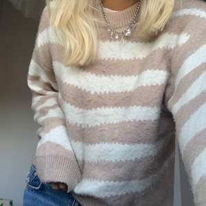 Säljer denna mysiga stickade tröja i zebra mönster från Mango i storlek L. Tröjan är ganska liten i storleken, jag är vanligtvis S/M. Betalning sker via swish och köparen står för frakten. Hör av dig om du är intresserad!🦋