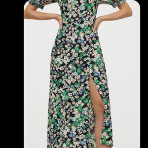 Jättesöt färgglad blommig klänning. Aldrig använd.