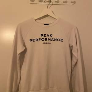 En peak performance sweatshirt i storlek 150, väll använd men med ett bra skick, den är köpt på kill avdelningen men en tjej kan ha den med då det inte är någ som tyder på att bara killar kan ha den. Frakt står köparen av, kan mötas upp i Norrköping