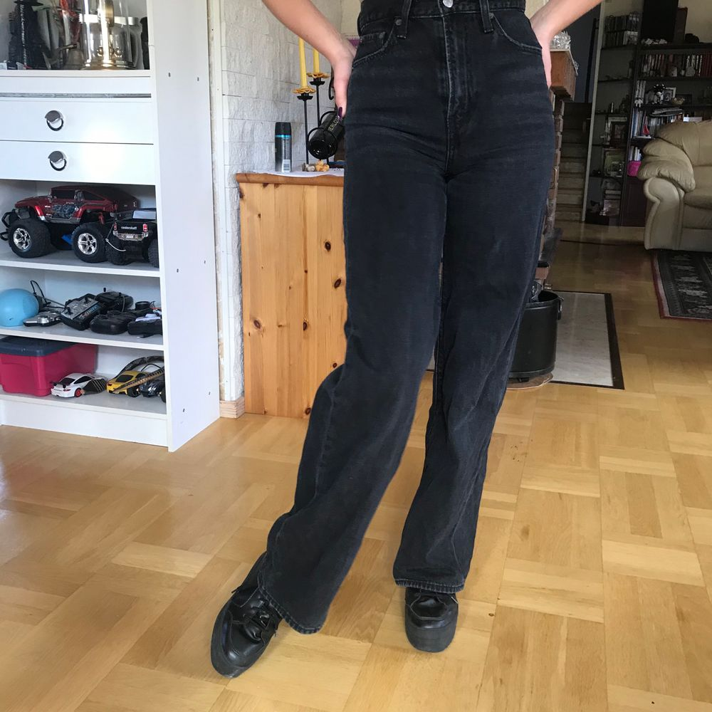 Jättefin modell på levis jeans, använder dom dock inte lämgre. De är högmidjade och modellen heter levis ribcage wide leg. Jag är 160 cm lång, innerbensömmen är 78 cm. Bor i stockholm och kan mötas upp eller frakta om ni står för frakten. Jeans & Byxor.