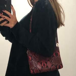 Fin handväska från zalando! Bra skick och ascool💜 säljer för 150 och då ingår frakten!!