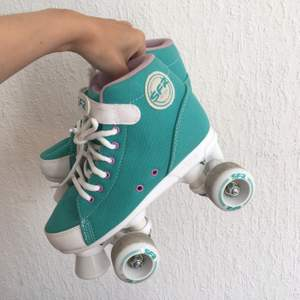 Cute skates that are perfect for beginners. Only tried on outside for a couple hours and selling because they are to small for me. Price was 700kr at SkatePro. Price now shipping is included. Small size 37 more 36,5