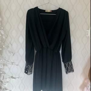 💫Fin svart klänning med silver detaljer på transparent tyg längst ut i ärmarna från Mad Lady. Passar perfekt till finare tillställningar eller en fredags outfit 💫  Betalning via Swish, ev frakt står köparen för :)   I NYSKICK, Nypris: 699:-