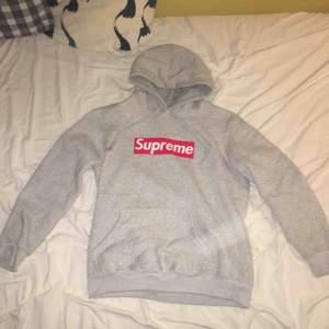 Supreme grå hoodie, fick från en sponsrad skejtare från junkyard