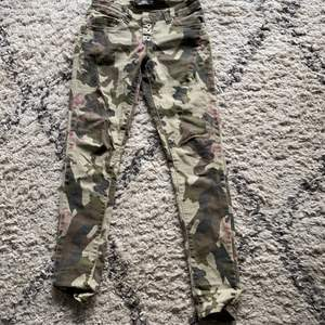 Snygga jeans från place du jour. Army med rosa inslag. Sparsamt använda.