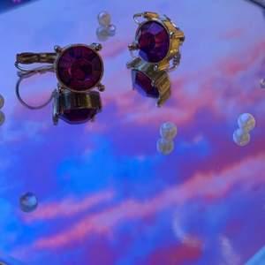 Ett par jättefina guldörhängen med lila sten. Köpt för några år sedan från glitter.