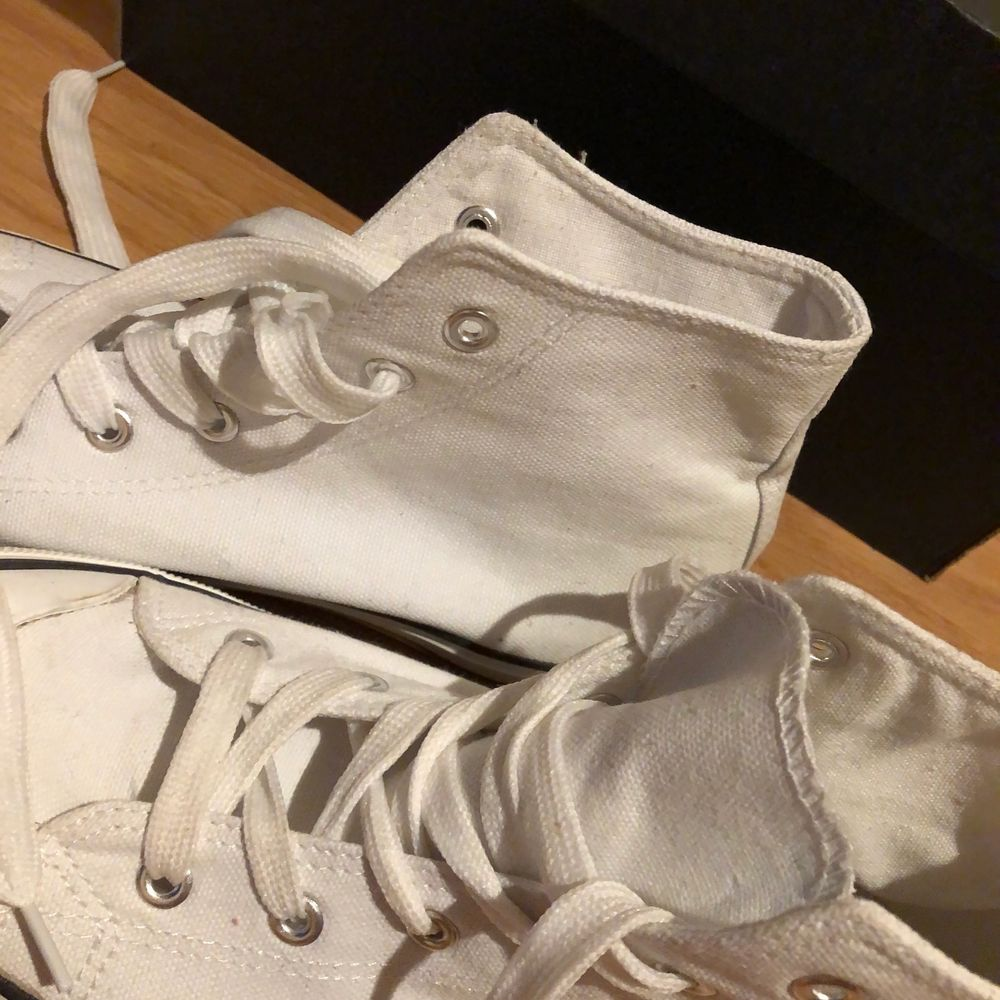Ett par helvita sneakers använda endast en gång dem är även i jätte bra skick st 38.                 (Köparen står för frakten).. Skor.
