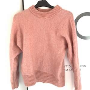 Säljer en super söt rosa stickad tröja från H&M i fint skick!💗 Passar också small! 100kr+frakt