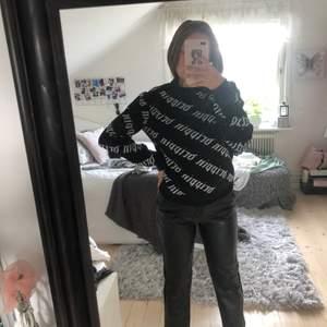 Cool tröja köpt på Forever 21, väldigt lik den kända balenciaga tröjan och generellt väldigt cool! Köparen står för frakt❤️