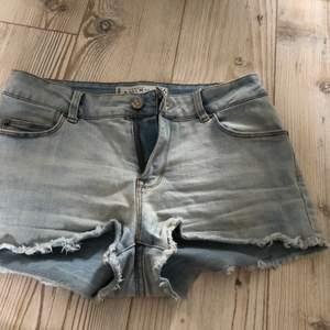 Skit snygga ljusblåa shorts med perfekt passform