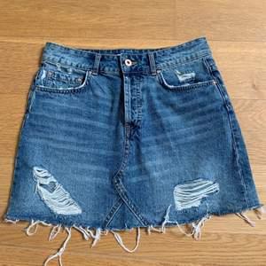 Skit snygg jeanskjol från ZARA i storlek S. Säljer pga att den är lite för liten för mig! 150kr + frakt