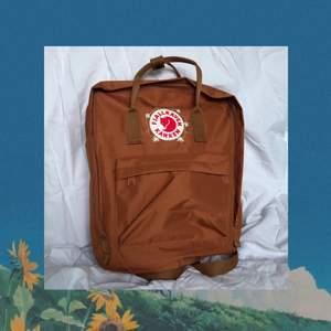 Kånken väska som jag själv broderat själv, urspungspris 995kr. Väskan är som ny och har använts sparsamt. Köparen står för frakten men kan annars mötas upp i Stockholm.