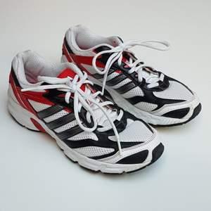 Ascoola adidas skor i väldigt bra skick. Ser ut som nya. Säljer då de tyvärr inte kommer till användning. Köparen står för frakt.💕