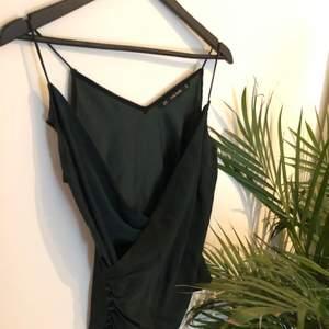 Grönt linne från Zara. Sitter så fint!! Använd en gång