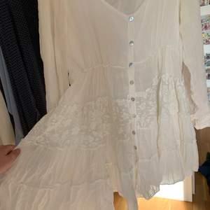 Supervacker babydoll vintage klänning i olika tyger med knappar framtill. Ärmarna går att vika upp för att göra längre. Skulle uppskatta klnningen som S/M beroende på hur man vill att den ska sitta. Frakt: 60kr
