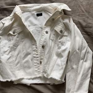 Säljer denna vita jeans jacka, den har knappt kommit till användning TYVÄRR så därför säljer jag den. Den är oversized och croppad. Köpt på Nelly och tror den är i stl 34/36. Finns ingen stl lapp men jag är en normal s och den sitter luftigt på mig 💖✨