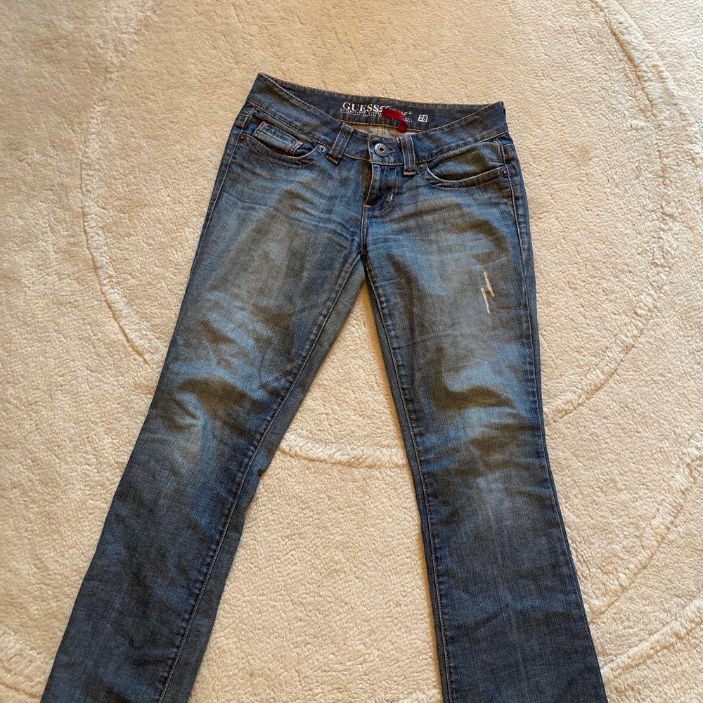 Säljer mina assnygga jeans från Guess. Jeansen är low waist och stl. 28, passar dock även mig som vanligtvis brukar ha stl. 26/27. Kan mötas upp i Stockholm, annars står köparen för frakten.. Jeans & Byxor.