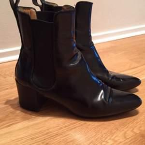 Jättefina stövletter/boots från Acne. Modellen heter Free. Använda men fortfarande i fint skick! Säljer dem nu till ett jättebra pris :) Sulade hos skomakare.
