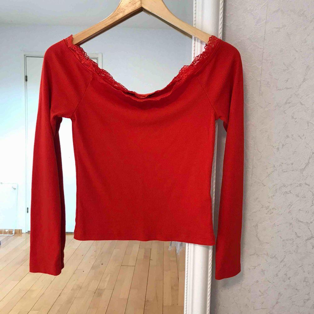 Så fin röd/orange off-shoulder topp med spetsdetalj ifrån Bikbok. Nyskick! FRAKT INGÅR.. Toppar.