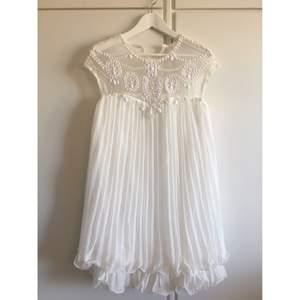 Superfin vit klänning som passar perfekt till sommaren, studenten och semestern. Jag köpte den till min student men den blev aldrig använd. :) Från djur- & rökfritt hem, kan skickas! Se gärna mina andra annonser! :)