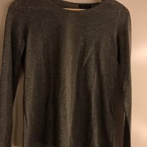 Superfin tröja från Massimo Dutti, väldigt lite använd. Jättefin rygg med knappar och hela tröjan är lätt glittrig. Strl small det är inte jättemycket stretch.