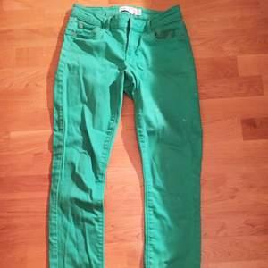 Gröna (mer mörkgröna än på bilden) från Gina Tricot. (Chloé-modell). Använda fåtal gånger. Har en väldigt liten vit fläck på ena benet.