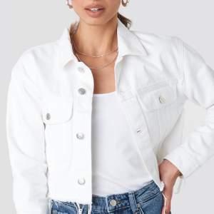 Aldrig använd jeansjacka. Köpt på NAKD, för ca 300kr. Finns inte att få tag på längre. Storlek 44! Snygg som oversize (det jag köpte den till)